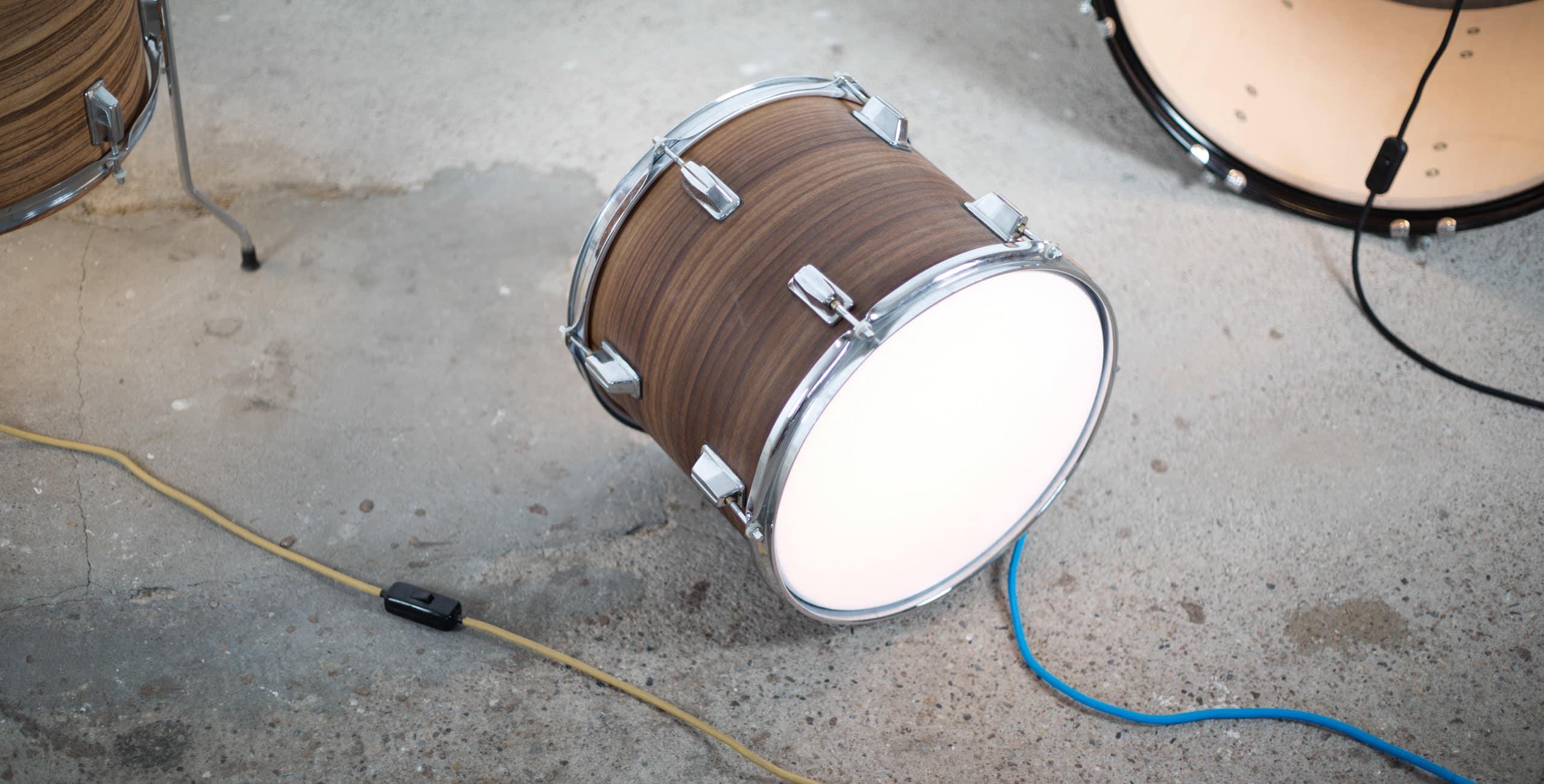 Leuchtobjekte aus altem Schlagzeug-Set