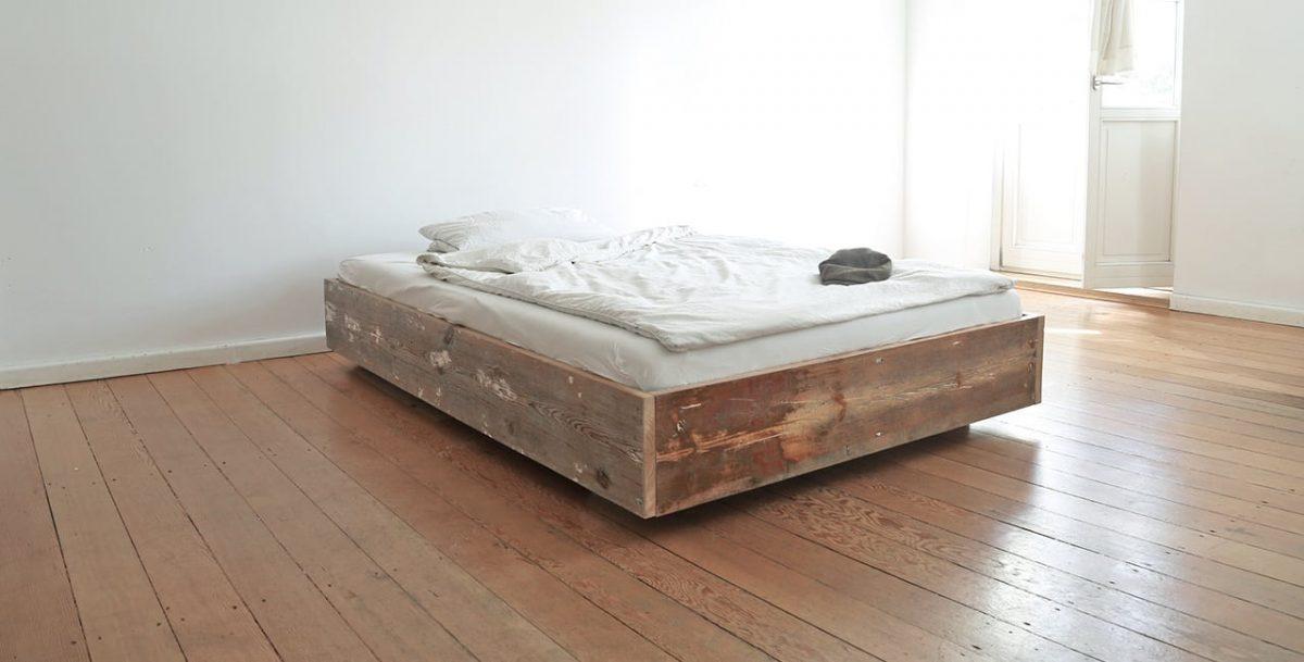 Bett aus alten Holzbodendielen